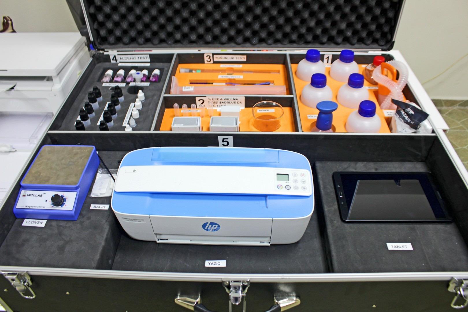 Blue Analysis test çantası; Euro 4, 5 ve 6 normuna sahip dizel yakıtlı ağır hizmet taşıtlarında, tır, otobüs, kamyonlarda ve yeni nesil binek otomobillerde egzoz emisyonunu azaltmak amacıyla kullanılan Adblue kimyasalının kalite ön testlerinin yapılmasını sağlayan test çantasıdır.